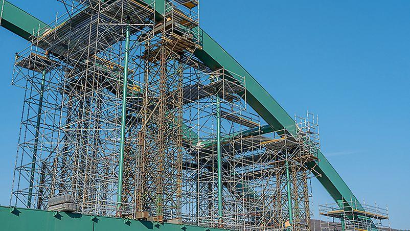 Vyvěšené lešení vně půdorysu mostu a přechod mezi etapami pomocí ULA 8,00 m.