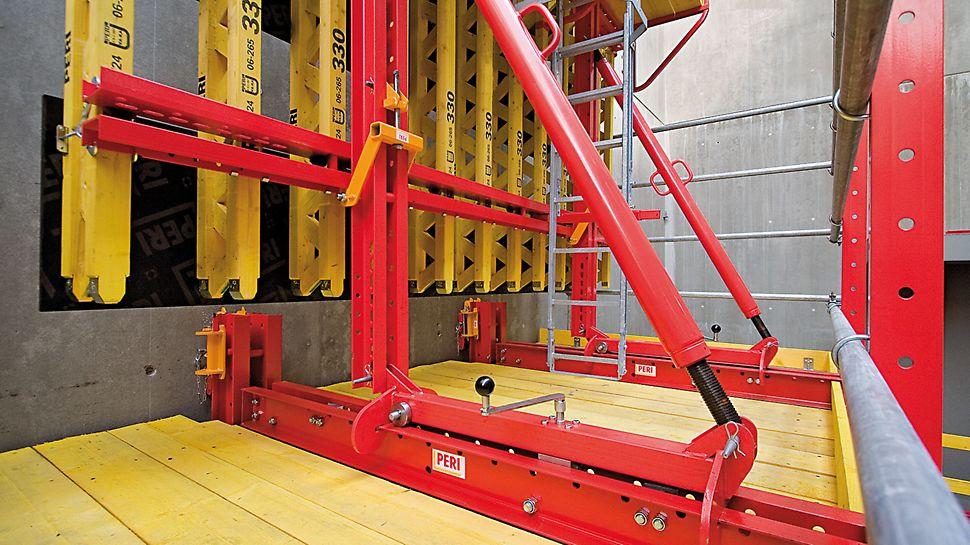 Kolejnicový šplhavý systém RCS: bednění je pevně namontováno na pojezdovém vozíku a lze jej odsunout o 90 cm bez použití jeřábu. Uložení na kolečkách umožňuje snadnou a plynulou obsluhu.