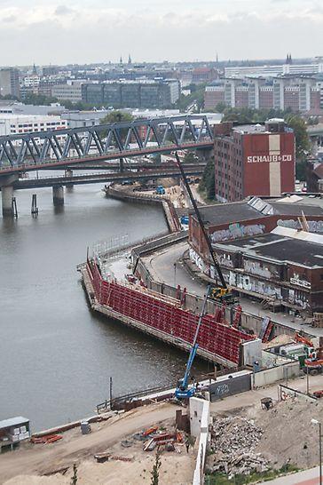 Sicht auf 2 Paralelle Hochwasserschutzanlagen während der Bauphase.