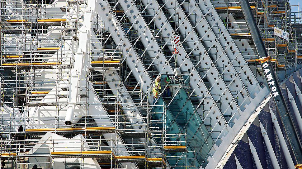 Edificio Ágora: Po dokončení ocelové žebrové konstrukce je lešení kontinuálně upraveno a uzpůsobeno pro práci dalších řemeslníků.