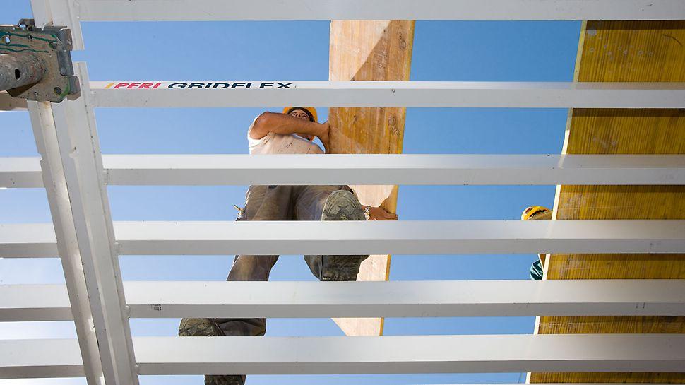 Roštové stropní bednění GRIDFLEX: Po úplné montáži zezdola lze po uzavřeném nosníkovém roštu bezpečně chodit a osadit překližku.