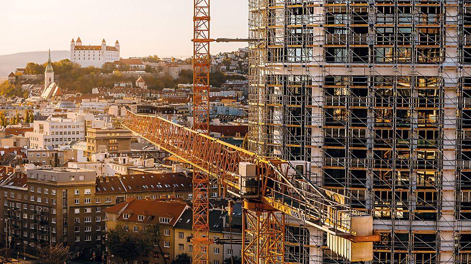 Aufgrund der hohen Axialkräfte stellte eine Kombination aus verschiedenen PERI Gerüstsystemen die optimale Lösung für die Errichtung der Fassade dar. (Foto: Penta Real Estate)