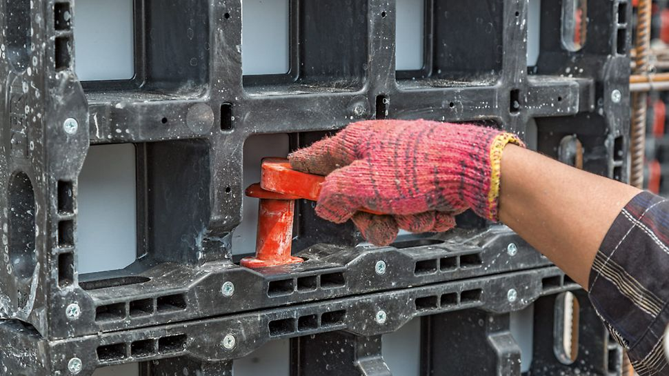 Primjer jednostavnog rukovanja: oblik DUO spojnice i panelnih otvora dopušta samo jednu mogućnost ugradnje.