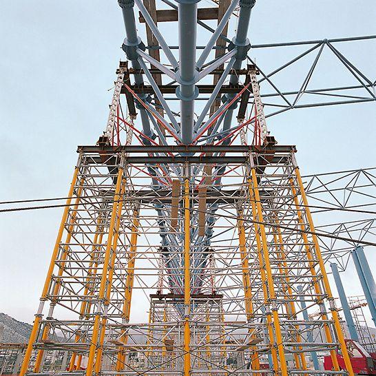 Schwerathlethik-Stadion, Athen, Griechenland - HD 200 Schwerlaststützen kombiniert mit dem MULTIPROP System bilden einen 21,00 m hohen Traggerüstturm für eine Lastabtragung von 500 kN.