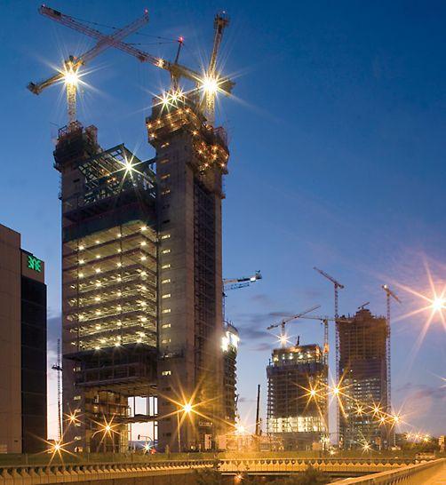 Komplex výškových budov Cuatro Torres: Dvě vnější jádra Torre Caja Madrid rostly postupně vzhůru, v týdenních taktech, díky samošplhavému systému bednění ACS.