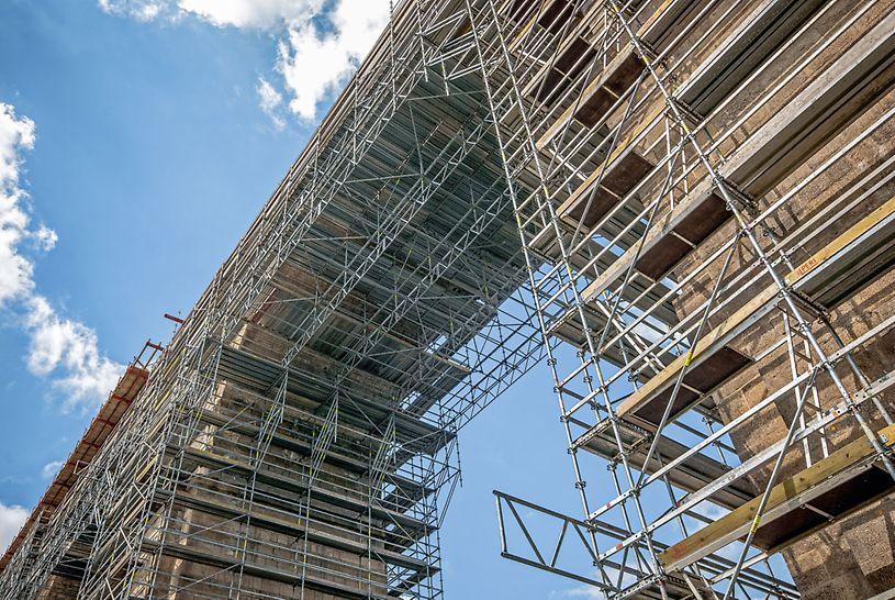 Rusztowanie modułowe PERI UP Rosett zapewniło bezpieczeństwo prac i szybkie tempo robót, przyczyniając się do końcowego sukcesu budowy.