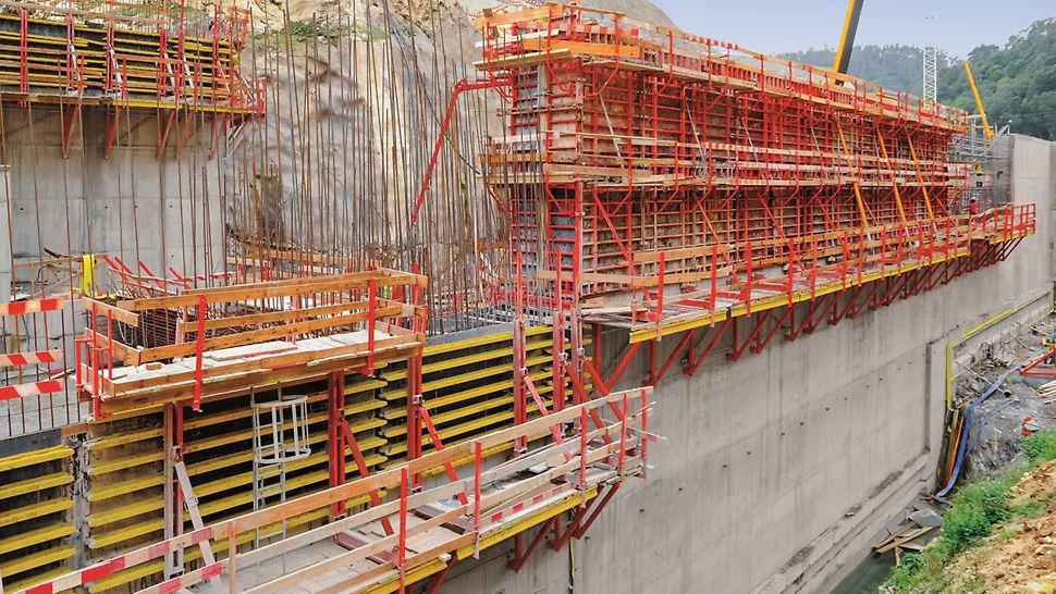 """Aproveitamento Hidroeléctrico de Ribeiradio-Ermida - Bacia de Dissipação - Cofragem PERI """"Trio"""" para execução de muros; Consolas SKS180-TR para apoio da cofragem."""