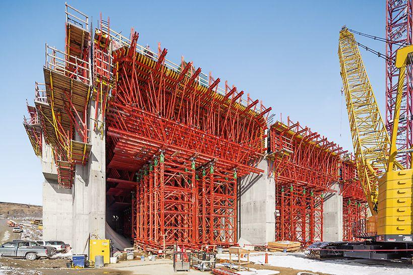 Ein maßgeschneidertes Gespärre und VARIOKIT Schwerlasttürme tragen die hohen Lasten dieser über 4,00 m starken Kraftwerksdecke sicher ab.