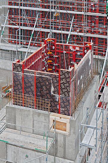 The MX Shaft Corner allows complete sets of shaft formwork to be moved quickly. Attaching and releasing is easily done from a safe position on the working level. Med MX Sjakthjørne kan komplett innv. sjaktforskaling flyttes hurtig. Oppstilling og avforskaling utføres raskt fra en sikker posisjon på arbeidsdekket. PERI forskaling domino panel panelforskaling