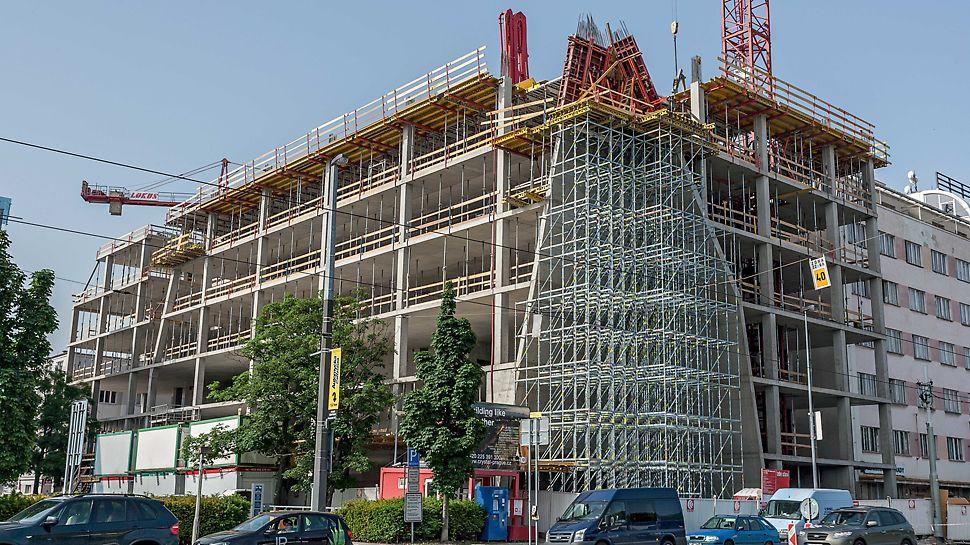 Kancelářská budova Crystal, Praha Atypický roh budovy ve tvaru sbíhající se lomené plochy - nakloněné stěny s bedněním MAXIMO, zapřeným rámy ze závor SRU a dílů VARIOKIT, postavené na nosné konstrukci z nosníků GT 24 a podpěrného lešení PERI UP Rosett.