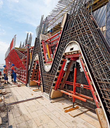 Prosta Tower, Warschau, Polen - Die PERI Ingenieure kombinierten die TRIO Rahmenschalung mit speziellen Aussparungskästen, basierend auf PERI Systemteilen.