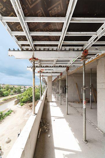 """Polyfunkční centrum """"U Dubu"""", Praha: Stropy téměř všech objektů tvoří bezprůvlakové desky v pravidelném půdorysu o tloušťce 200 mm a 250 mm, které jsou ideální pro nasazení lehkých panelů hliníkového stropního bednění SKYDECK."""