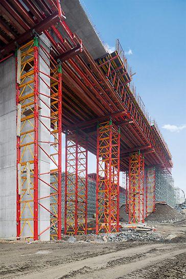 Dálniční mosty Brdjani, Čačak, Srbsko: Jako skruž byly podle potřeby nasazeny systémy PERI UP a VARIOKIT.