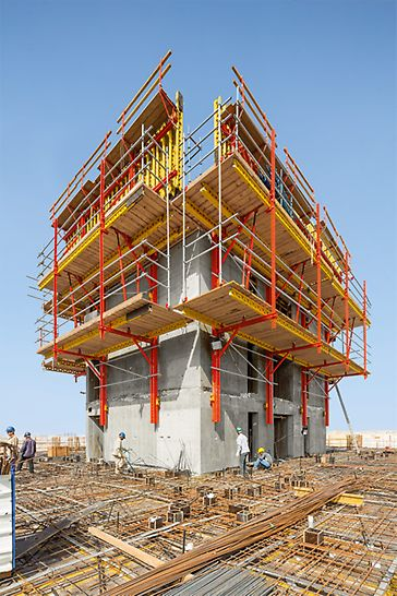 The walls of the central cores were formed in advance using VARIO GT 24 whereby the girder wall formwork was climbed with the help of the RCS Rail Climbing System to the next level in each case.