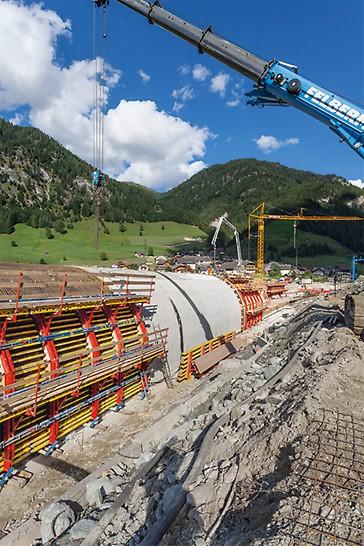 Die Außenschalung für das Tunnelgewölbe wurde in großflächigen Einheiten mit dem Kran umgesetzt.