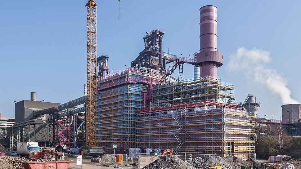 Baustelle mit Gerüsten und Kran am Gebäude des Entstaubungsanlage Hochofens 9 der ThyssenKrupp Steel Europe in Duisburg