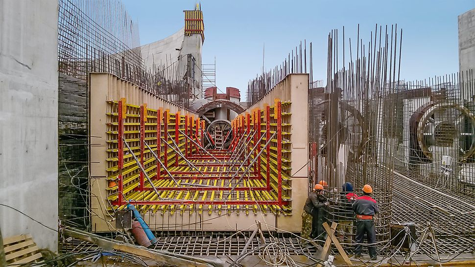 The 3D tunnel formwork design based on VARIOKIT system parts allows for the dimensionally accurate fabrication of the transition from the square-shaped to the circular cross-section of the discharge unit.