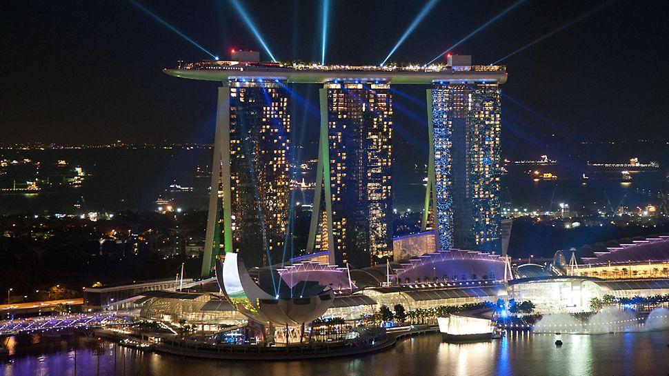 Marina Bay Sands, Singapur - Die amerikanische Las Vegas Sands Corporation ist Bauherr des gesamten Areals mit den weithin sichtbaren Hoteltürmen.