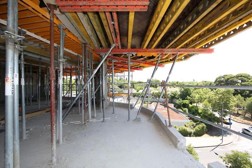 Tables de coffrage sur-mesure PERI pour les balcons associées au coffrage de dalles GRIDFLEX pour les planchers intérieurs