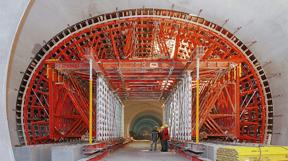 Das verfahrbare Längsfachwerk für diesen Tunnel aus dem HD 200 Schwerlastsystem wurde als Portal ausgebildet. So war der ungestörte Baustellenverkehr längs der Trasse jederzeit möglich.