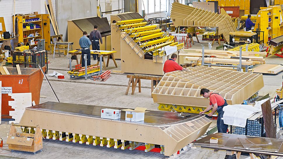 Aquatics Centre, Londýn: Dřevěná žebra, která dávala bednění tvar, byla vyrobena předem, přesně na míru s pomocí příslušenství ke zpracování dřeva CNC. S jejich pomocí pak montéři bednění PERI vytvářeli přesné bednicí formy.