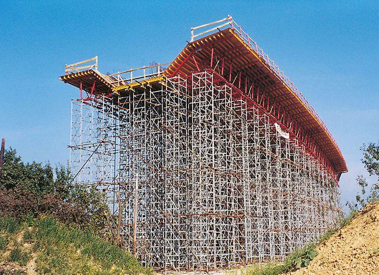 Również dla dużych obciążeń i dużych wysokości wieża stosu ST 100 bezpiecznie przenosi obciążenia.