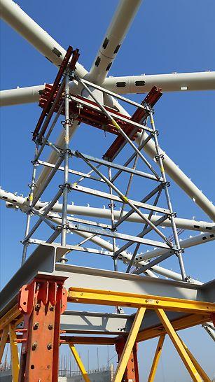 A VST nehézállvány tornyok tetejére 4 m magas, 1.5 m x 1.5 m-es alapterületű PERI UP Flex egységeket csatlakoztattak. A VARIOKIT VST nehézállvány kompatibilis a PERI UP Flex állványrendszerrel, ezáltal a szükséges csatlakozási pontok gyorsan és biztonságosan létrehozhatók.