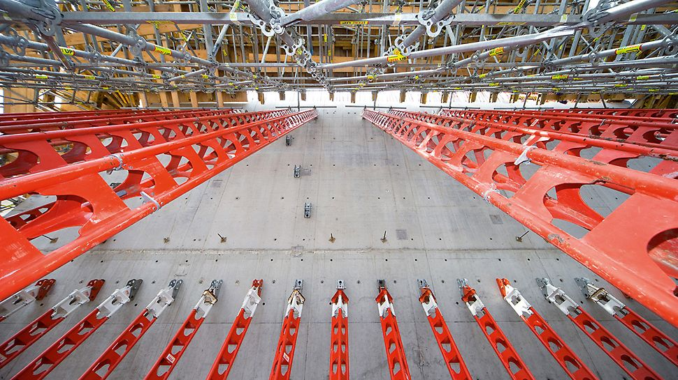 Vojno-istorijski muzej, Drezden, Nemačka - HD 200 podupirači za velika opterećenja i PERI UP modularna sistemska skela: ekonomičan koncept noseće konstrukcije za prenošenje velikog opterećenja sa velike visine.