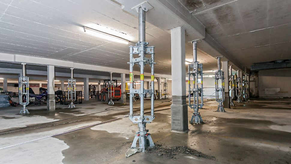 Underground garage with assembled, hydraulic PERI UP lowering spindle for the prestressing and lowering of the slab