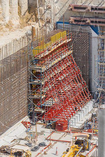 Stanice metra Msheireb, Dauhá: V místech s jednostranným bedněním, kde výška dosahovala 9,50 m, doplnily návrh bednění PERI opěrné rámy SB.