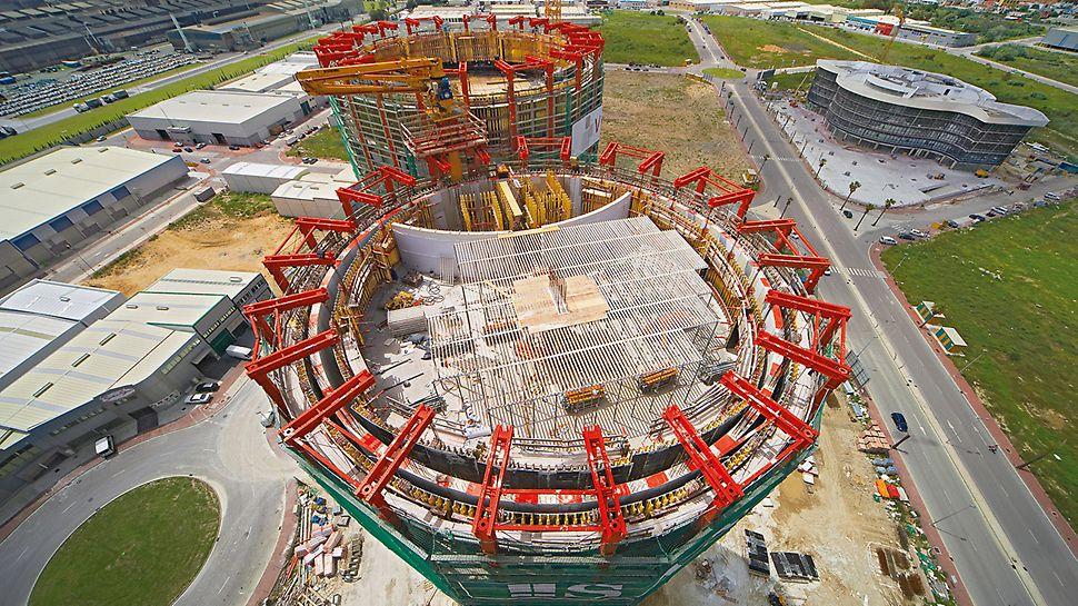 Las Torres de Hércules, Los Barrios, Španija - ACS G varijanta samopenjajućih platformi prenosila je unutrašnju i spoljašnju oplatu, kao i pumpu za beton na sledeći takt betoniranja.