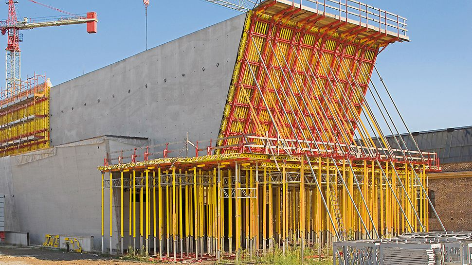 MAXXI - Museo nazionale delle arti del XXI secolo, Rome, Italy - The concrete loads resulting from construction of the reverse-inclined front wall could be safely transferred to the ground via a frame construction unit and MULTIPROP towers.