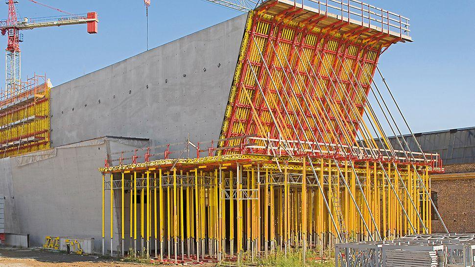 Národní muzeum umění XXI. stol. MAXXI: Síly vyvolané betonáží při výrobě nakloněné čelní stěny byly ocelovou konstrukcí a věžemi MULTIPROP přenášeny bezpečně až do podloží.