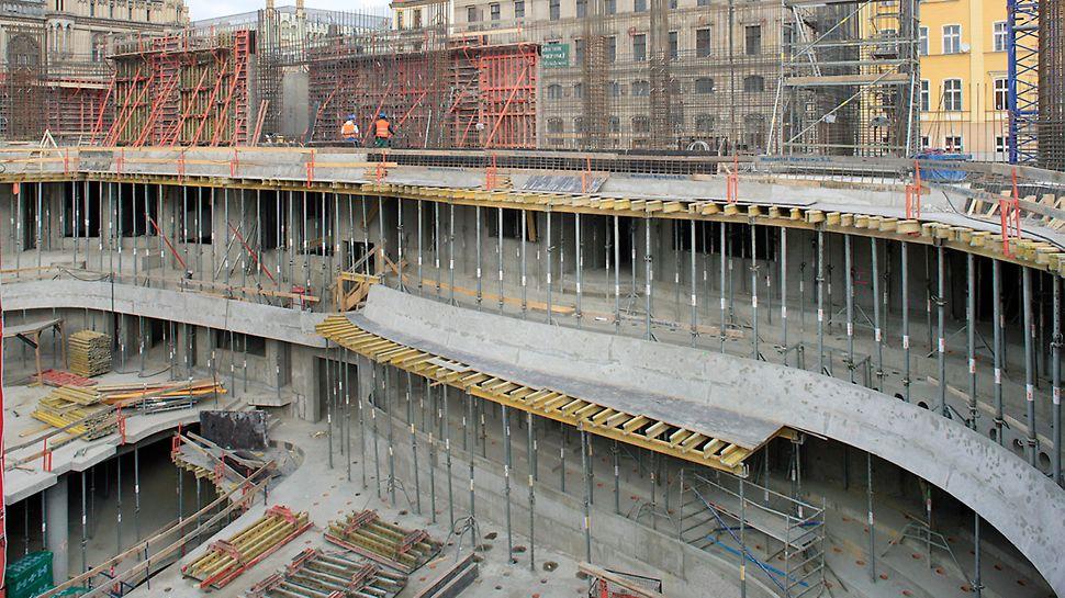 Podparcie balkonów za pomocą deskowania stropowego MULTIFLEX.