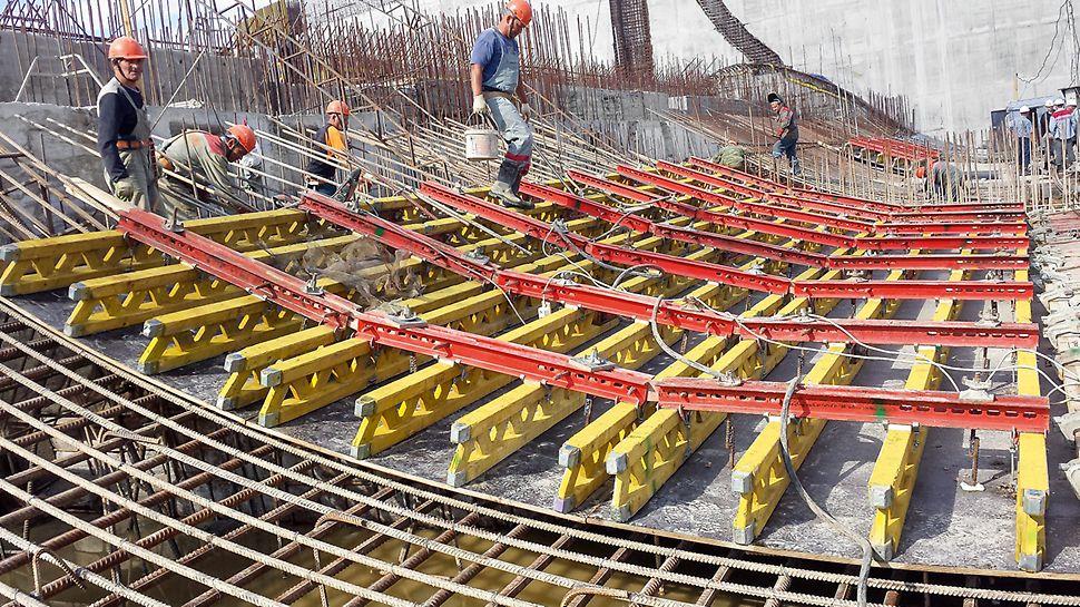 PERI plant und liefert maßgeschneiderte Lösungen für die komplexe Bauwerksgeometrie.