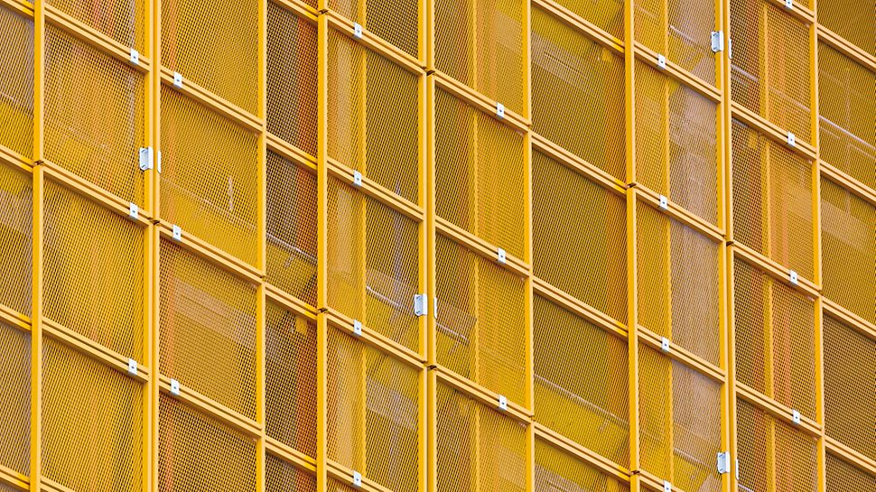 Сетчатые панели устанавливаются телескопически и легко регулируются под плановое очертание здания.