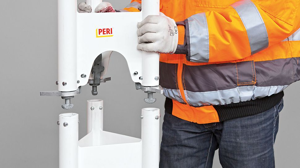 PERI HD 200 -tolpat on helposti liitetty toisiinsa: laitetaan tolppa toisen päälle ja liitetään pystyputket yhteen kääntämällä vipua.