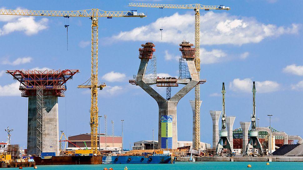 Most nad zátokou v Cádizu: Přibližně polovina mostní konstrukce, dlouhé 3,2 km, mezi oběma pylony s rozpětím 540 m a mostovkou ve výšce 69 m, vede přes zátoku u města Cádiz.