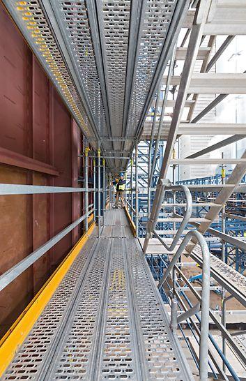 Steinkohlekraftwerk Eemshaven, Niederlande - 75 cm Arbeitsbreite lassen sich innenseitig in 25-cm-Schritten anpassen, außenseitig sorgt ein integrierter Treppenlauf für die optimale Begehbarkeit aller Gerüstlagen.