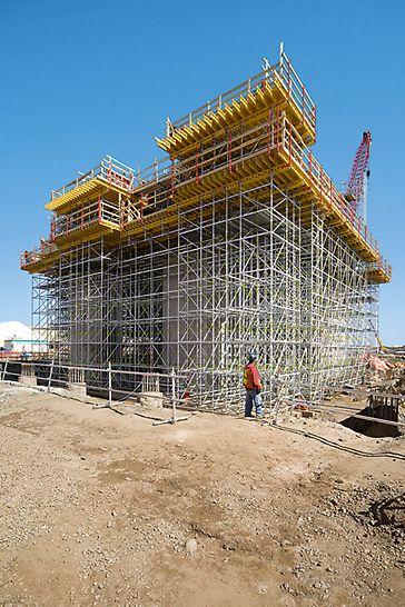 Mit PERI UP Rosett und MULTIFLEX ließen sich die hohen Lasten der massiven Bauteile in Höhen zwischen 10 und 12 m zuverlässig in den Untergrund ableiten.