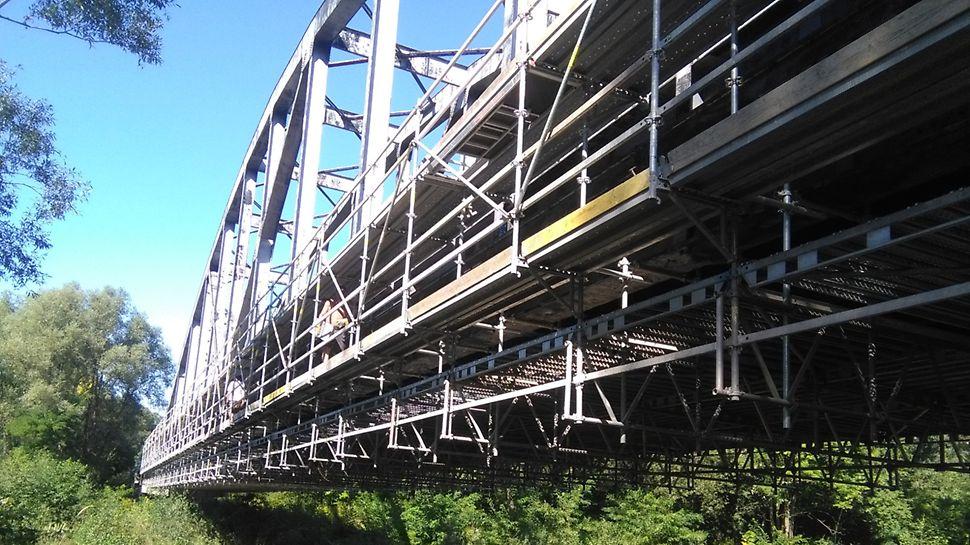 Železniční vlečka Biocel Paskov: Efektivní řešení pro hlavní pole nad řekou s využitím systémových dílů bez nutnosti zakládání ve vodě.