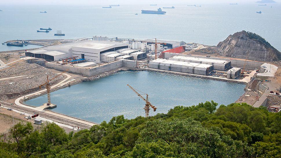 Hongkong-Zhuhai-Macao Bridge (HZMB), China - Die fertigen Tunnelröhren mit 180 m Länge werden von der Feldfabrik in ein Trockendock verschoben, mit Schottwänden verschlossen und auf Meeresniveau abgesenkt.