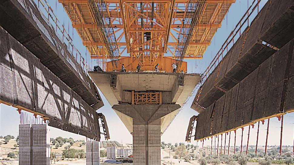 Viaduto da Ribeira de Perofilho - Após pouco tempo o sistema PERI permite fechar novamente 1.000 m² de cofragem