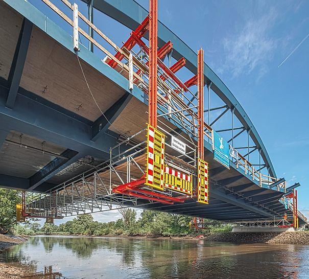 Die 110 m lange Überquerung der Wümme wird als Stahlverbundbrücke ausgeführt. Zum Ein- und Ausschalen sowie für Entwässerungs-, Korrosionsschutz- und Inspektionsarbeiten verwendete das Baustellenteam zwei fahrbare Arbeitsbühnen auf Basis des LGS Fachwerkbindersystems.