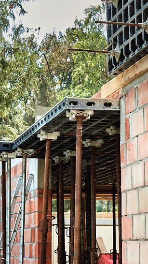 Maison privée Vadribo à Stekene : Pouvoir s'en servir tant horizontalement que verticalement représente un sérieux avantage. L'entrepreneur Vadribo a ainsi pu coffrer les dalles et la poutre de ceinture avec un seul set de panneaux.