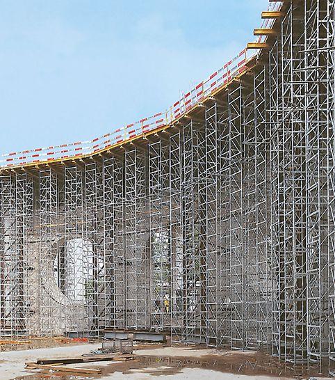 Combinație ideală a turnurilor de eșafodaj ST 100 cu cofrajul Multiflex pentru planșee foarte înalte