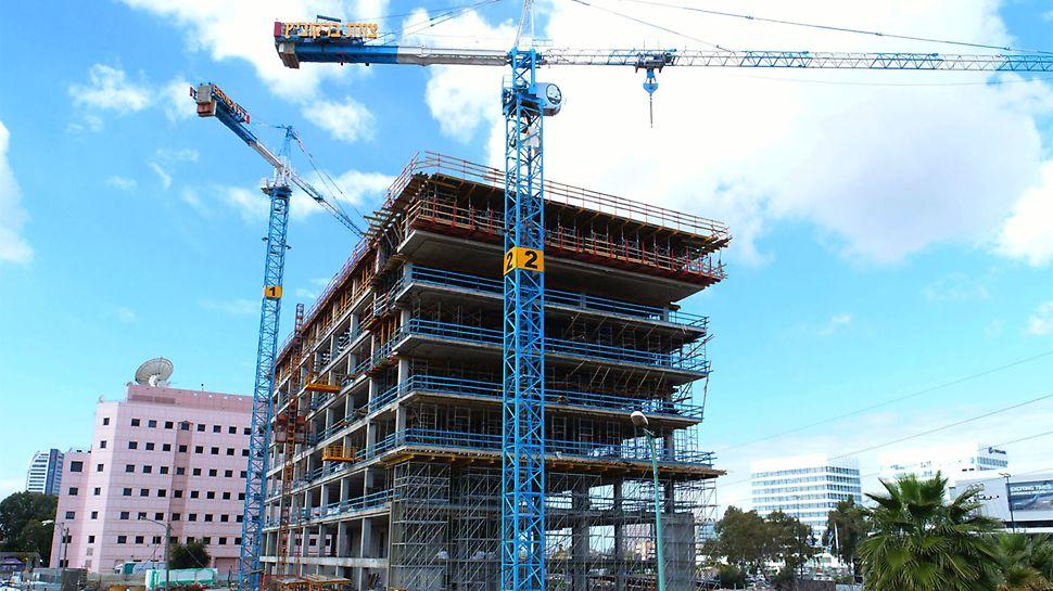 """הקמת מגדלי פרי אפ באמצעות הנפת גושים אפשרה חסכון בכ""""א וביצוע עבודה ברמת בטיחות גבוהה."""