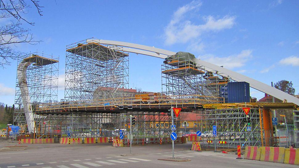 Sillan monimuotoinen rakenne tarjosi mielenkiintoisia haasteita PERI:n suunnittelijoille.