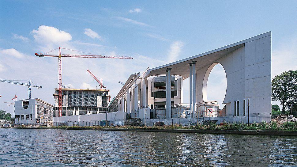 Bundeskanzleramt Berlin, Deutschland - Neben den Arbeitszimmern des Bundeskanzlers sind Kabinettsäle, die Büros des Staatsminister sowie Mitarbeiter- und Repräsentationsräume in einem Komplex zusammengefasst.