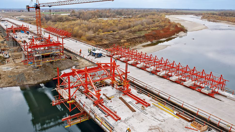 The combinability of the balanced cantilever equipment with the PERI UP modular scaffold allows – as part of the comprehensive PERI project solution – modular working platforms and access to all working areas. With a minimum of effort for the construction team, the modular scaffolding can easily be connected to VARIOKIT standard components using simple connection means.